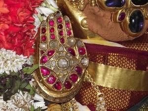 दाहिना-हाथ अभय मुद्रा स्थिति में-भगवान का दाहिना हाथ सुरक्षा प्रदान करने के लिए तैयार रहता है |